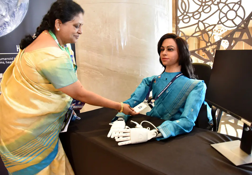 Индия отправит в космос безногого робота-женщину