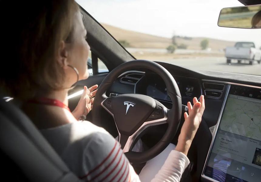 Власти потребовали у Tesla избавиться от «автопилота»