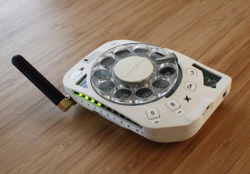 Создан «мобильник» в стиле домашнего дискового телефона