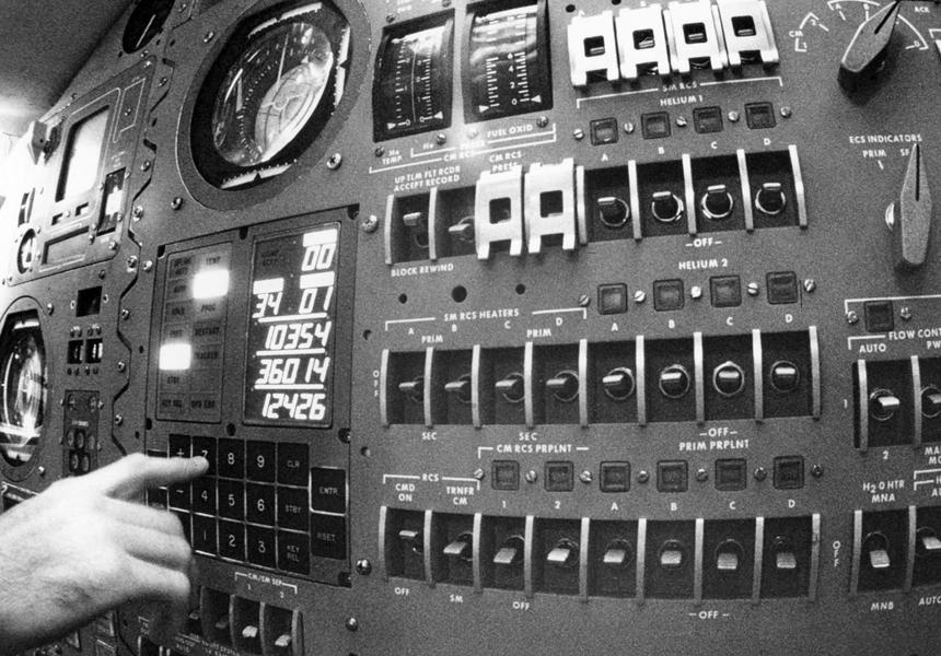 Современные зарядные устройства по мощности обошли компьютер корабля для первых людей на Луне