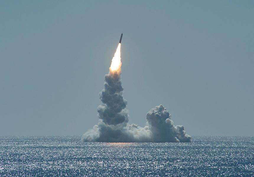 В США из-под воды выстрелили баллистической ракетой