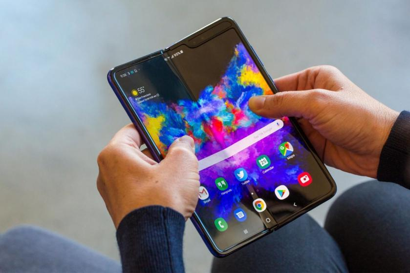 Samsung может выпустить первый складной смартфон с невидимой селфи-камерой