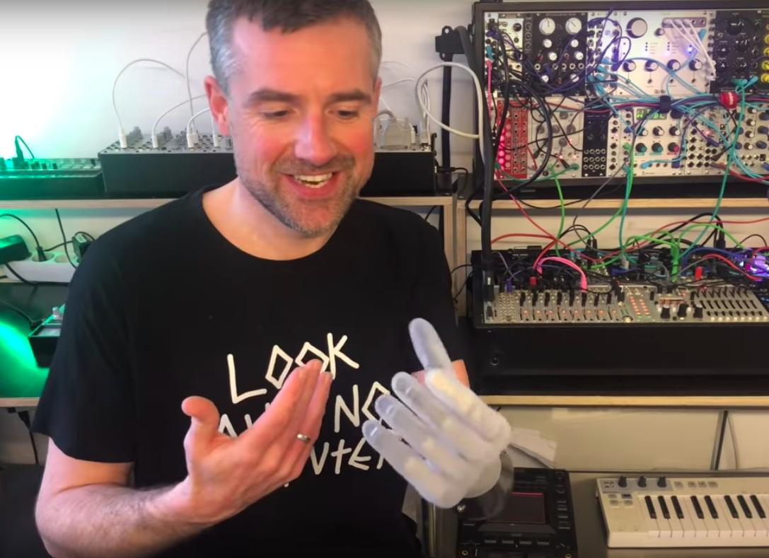 Музыкант научился управлять синтезатором «силой мысли» через протез