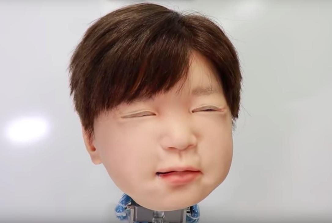 Японские инженеры заставили робота-ребёнка «ощущать» боль