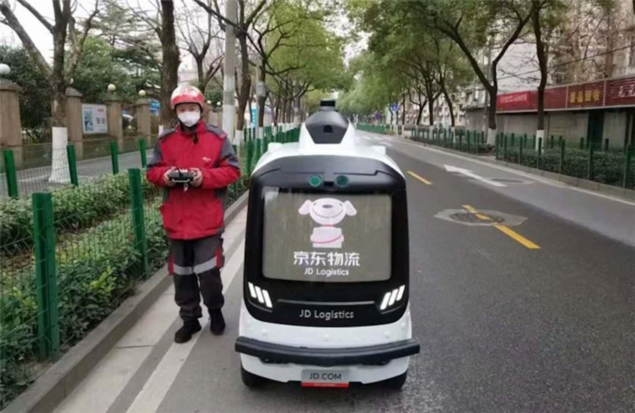 В Китае создан робот для измерения температуры сразу у толпы людей