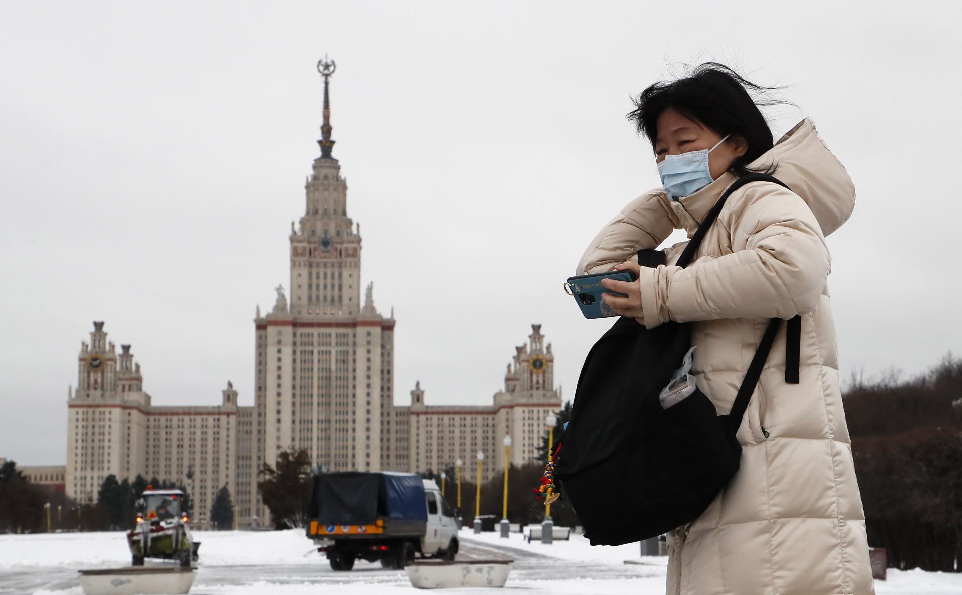 Московские власти разрешили лечить легкую форму коронавируса на дому