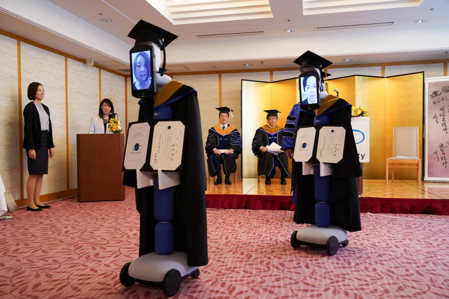 японские студенты выпускной помощи роботов лицами-планшетами
