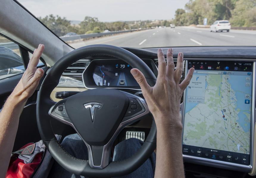 Электромобиль Tesla спас водителя от летевшего колеса