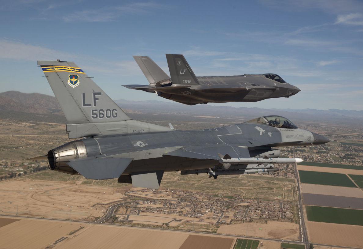 Американский истребитель F-16 разбился во время посадки