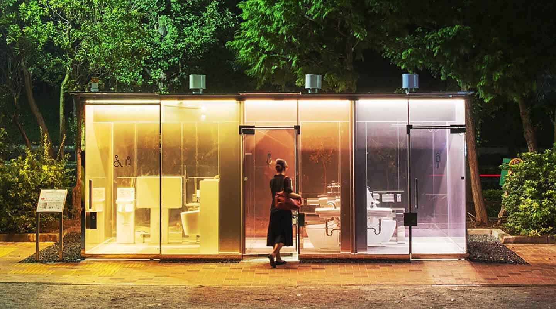 В Японии установили туалет-фонарь, освещающий улицы по ночам