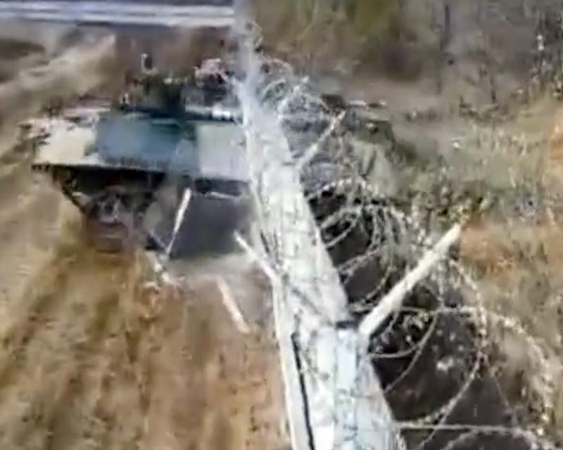 В России пьяные солдаты на бронемашине протаранили забор аэропорта