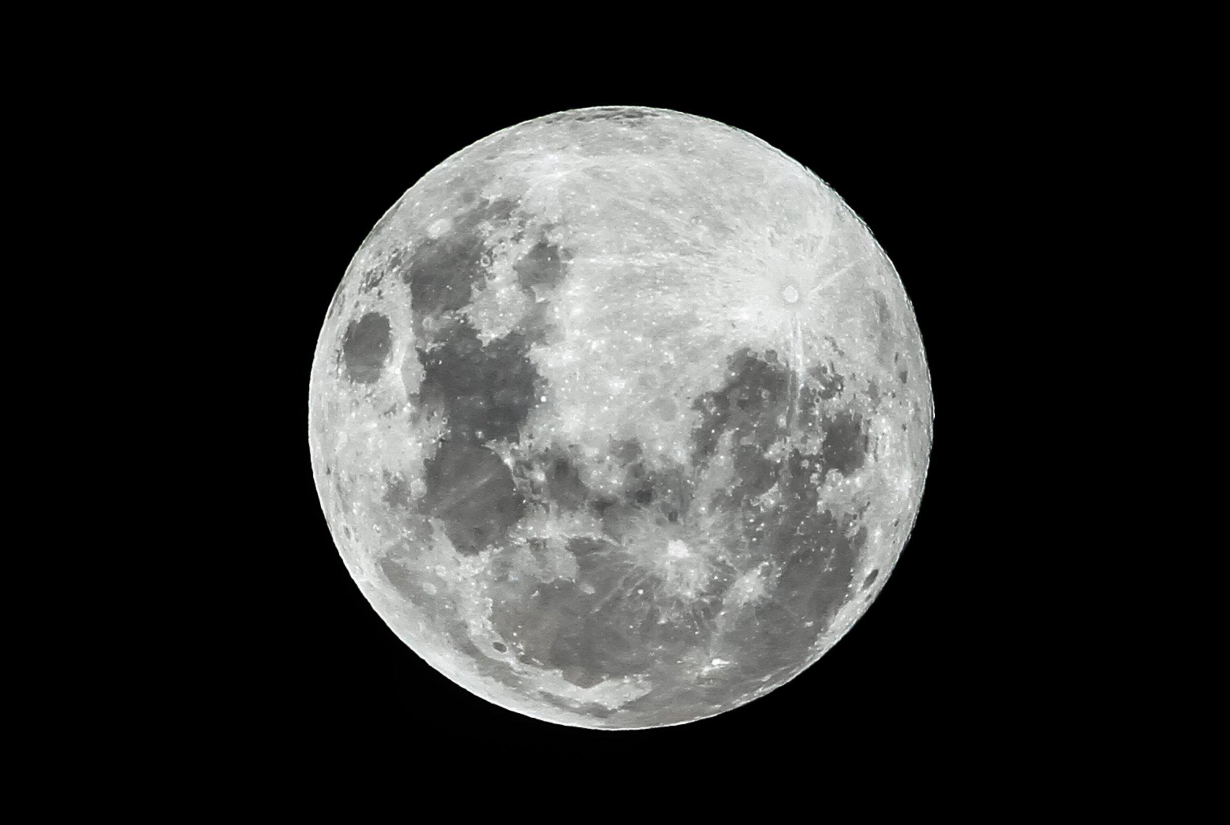 На освещённой части Луны впервые нашли воду