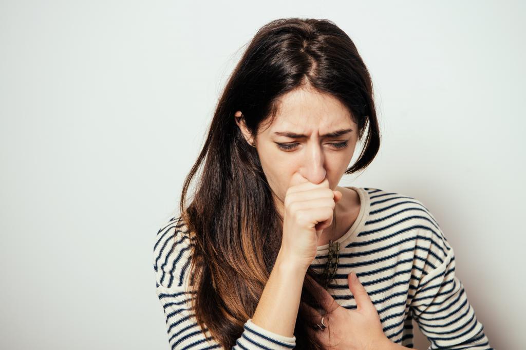 Врач рассказала об опасности сдерживания чихания и кашля