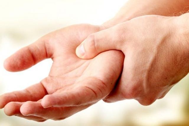 Боли в руках и ногах могут говорить о повышенном холестерине