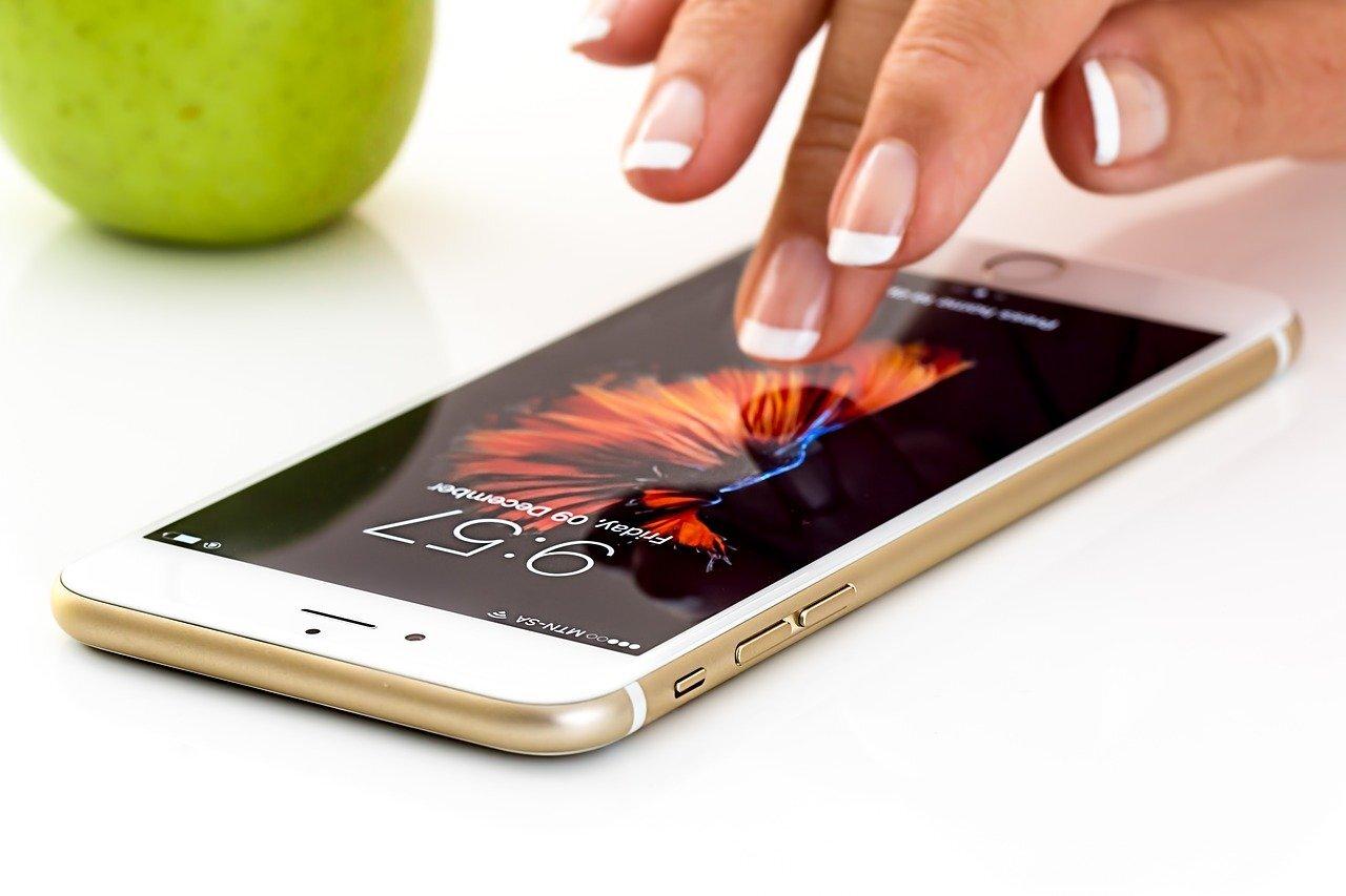 Учёные доказали, что в 9 из 10 случаев люди берут смартфон в руки без причины