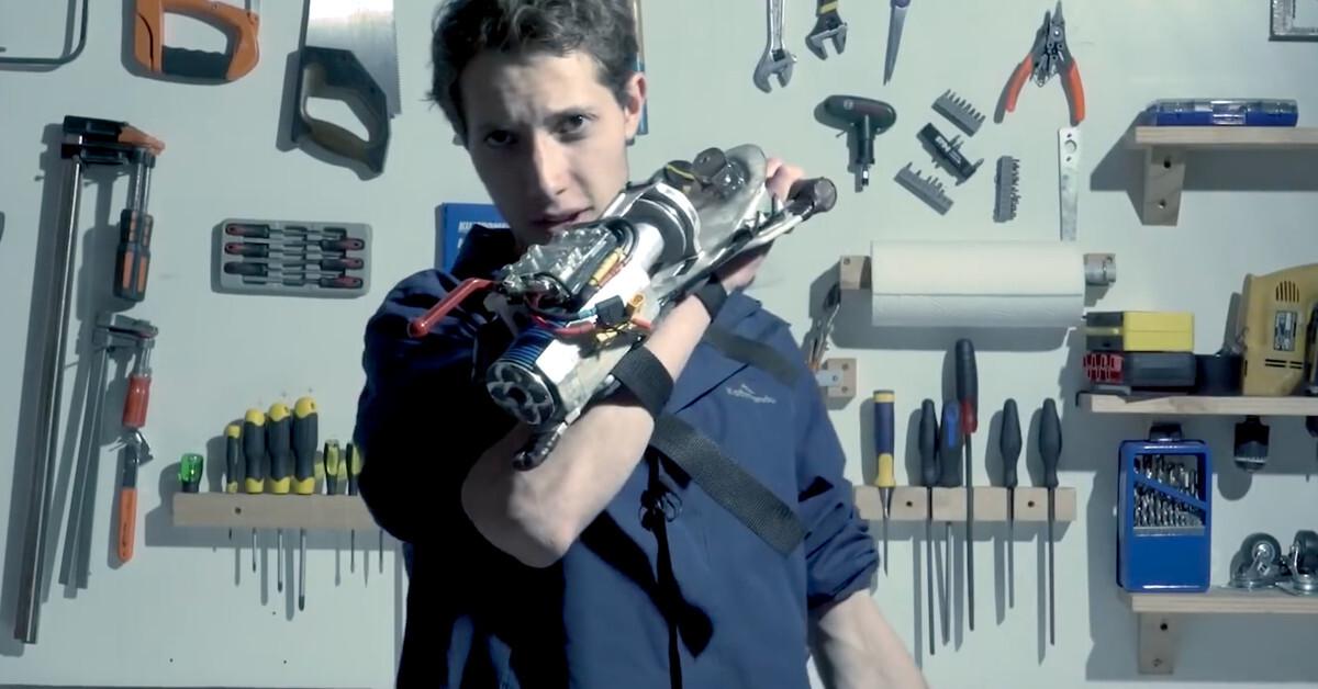 Энтузиаст создал оружие Бэтмена в домашних условиях
