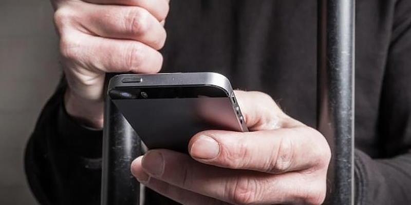 В России заключенный похитил 30 млн рублей с помощью телефона