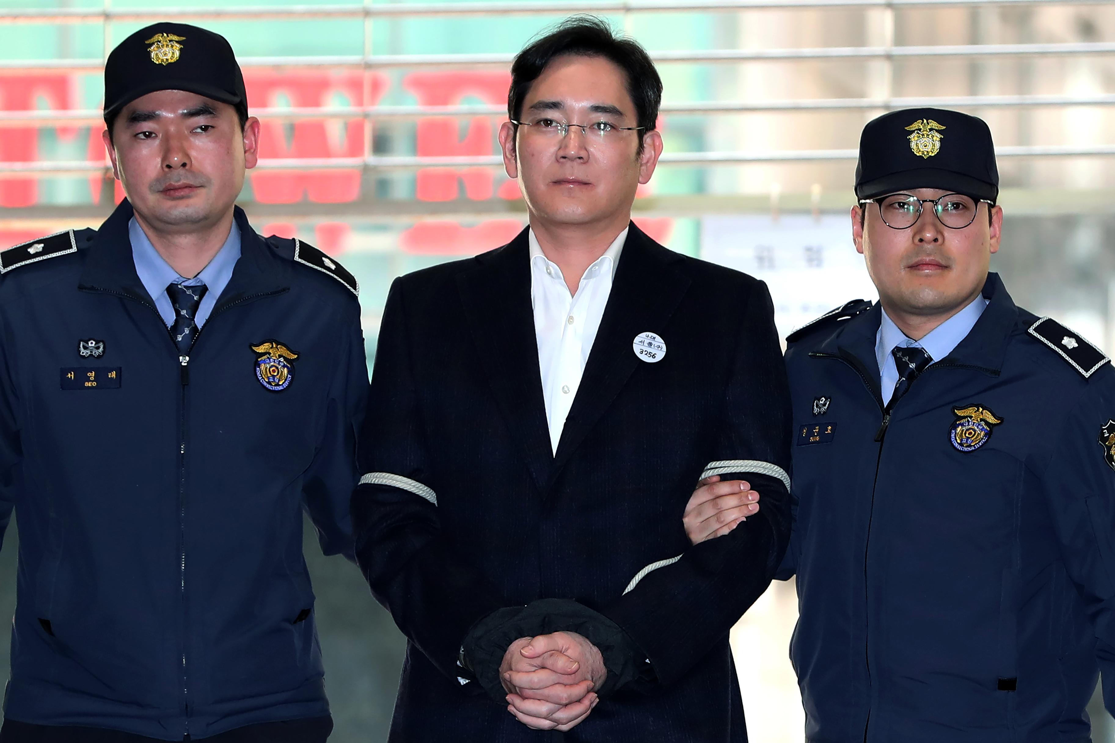 Главу Samsung посадили на 2,5 года за взятничество