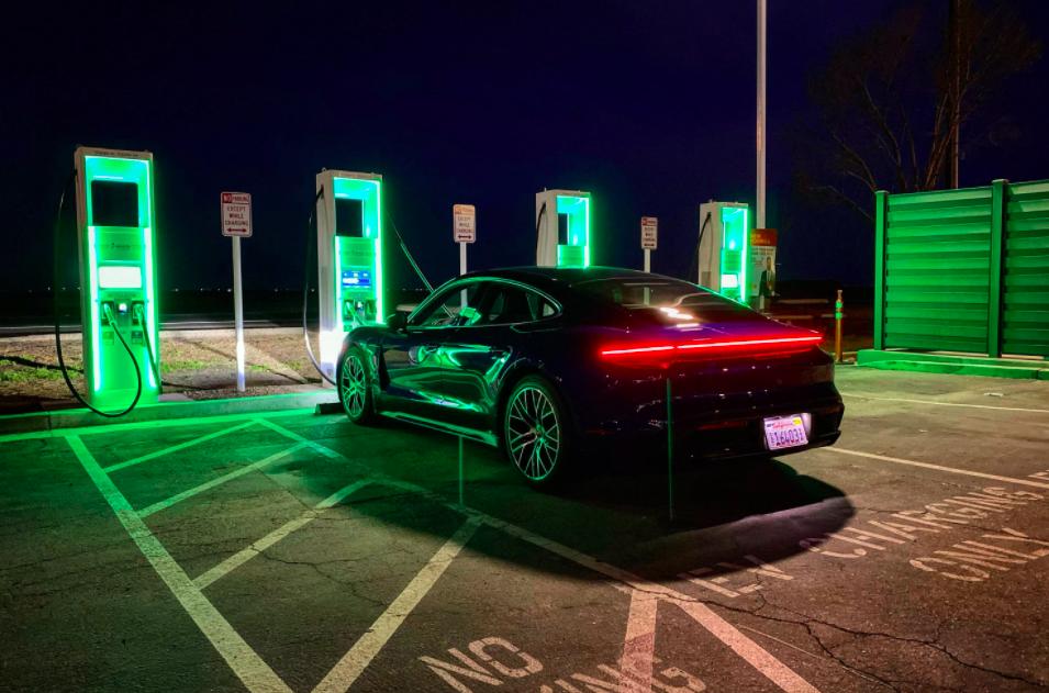 Байден заменит государственный транспорт США на электромобили
