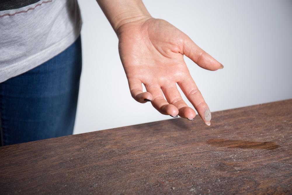 Коронавирус дома начали выявлять с помощью пыли