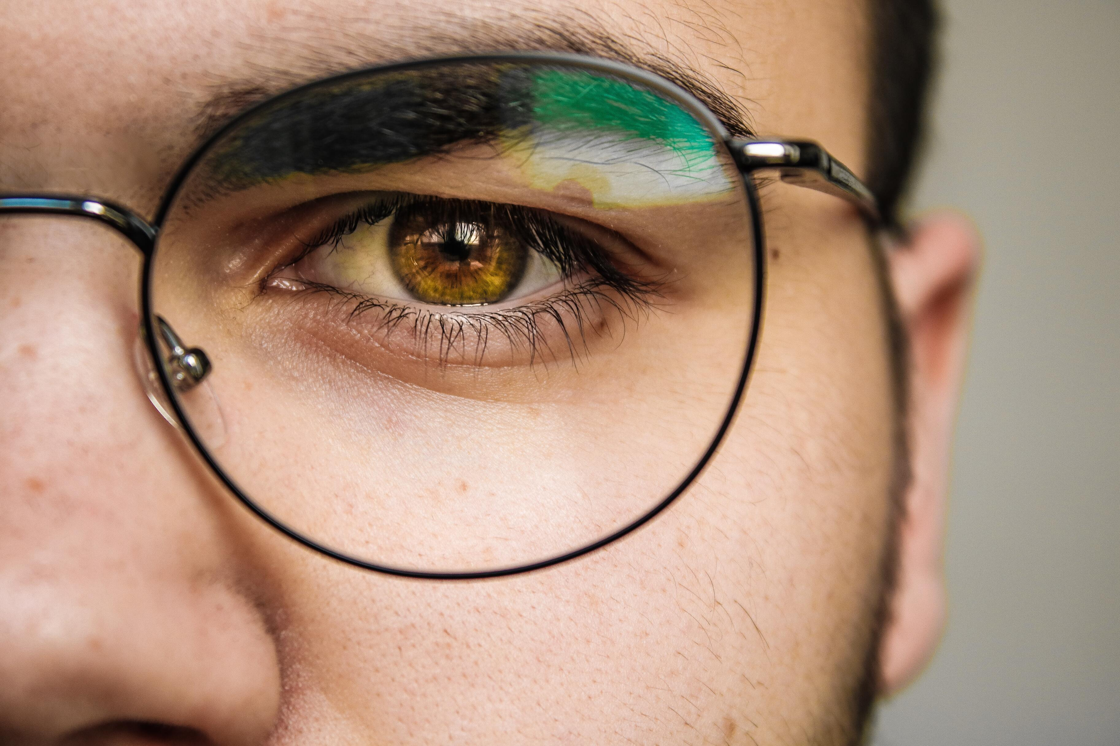 Названо преимущество людей в очках во время пандемии