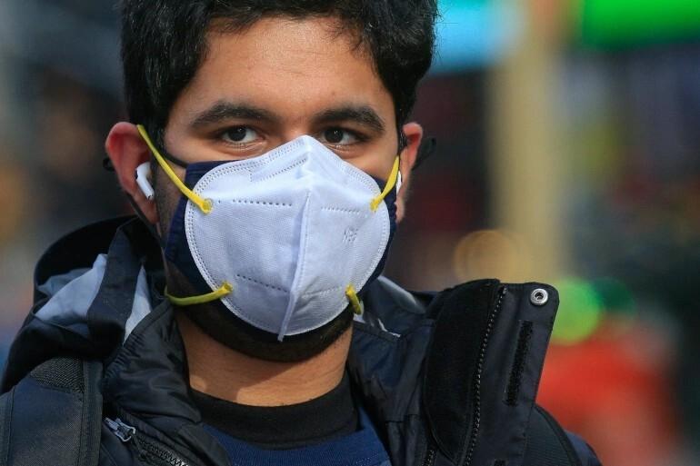 Власти Чехии обязали жителей носить на лице по две маски