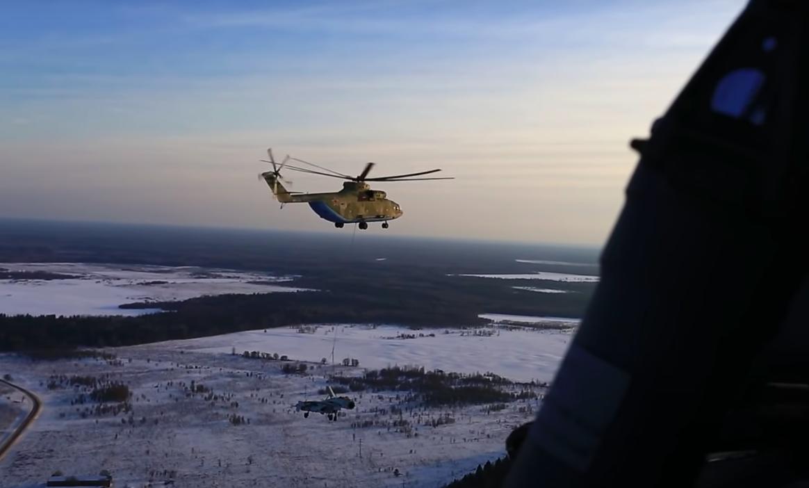 Опубликовано видео перевозки истребителя Су-27 военным вертолётом