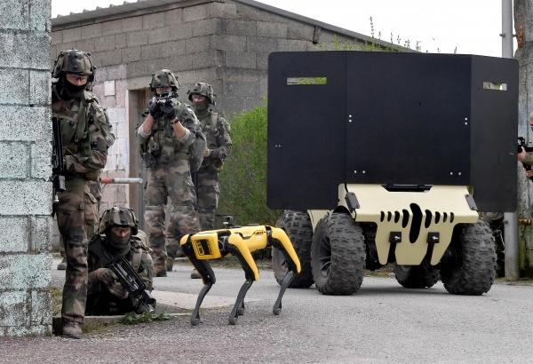 Французские военные испытали робота-пса во время боевых учений