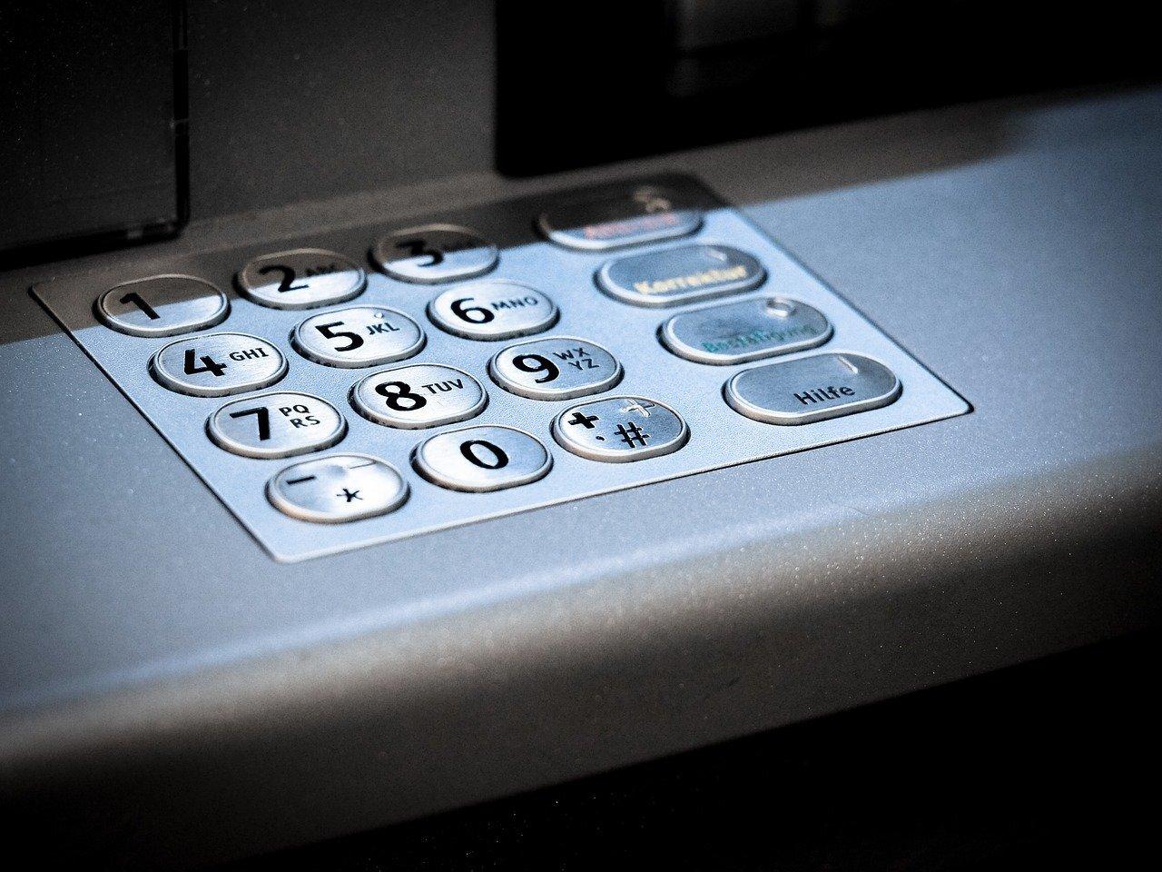 Россиянам рассказали, почему опасно гасить кредиты через банкоматы
