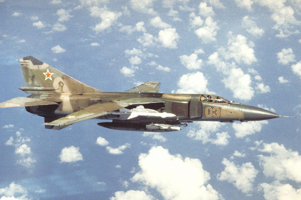 На видео попал полёт МиГ-23 и Ми-24 на предельно низкой высоте