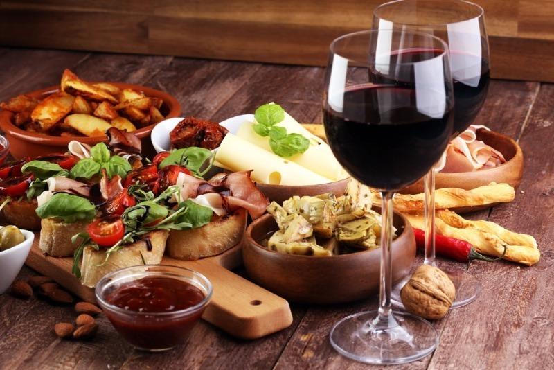Перечислены продукты, которые нельзя есть в сочетании с алкоголем