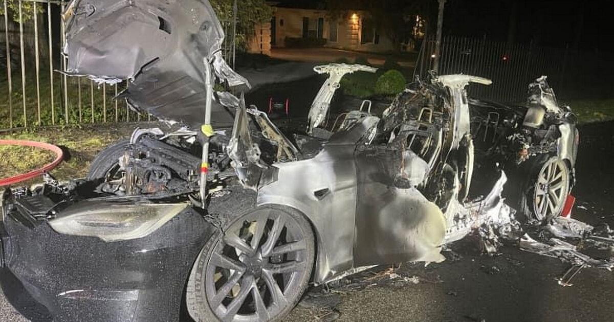 Выключенная Tesla загорелась во время зарядки в гараже