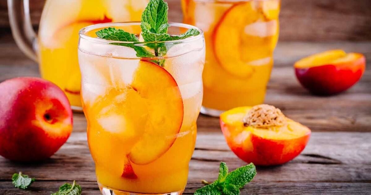 Диетолог назвал чай, кофе, соки и фрукты бесполезными для утоления жажды
