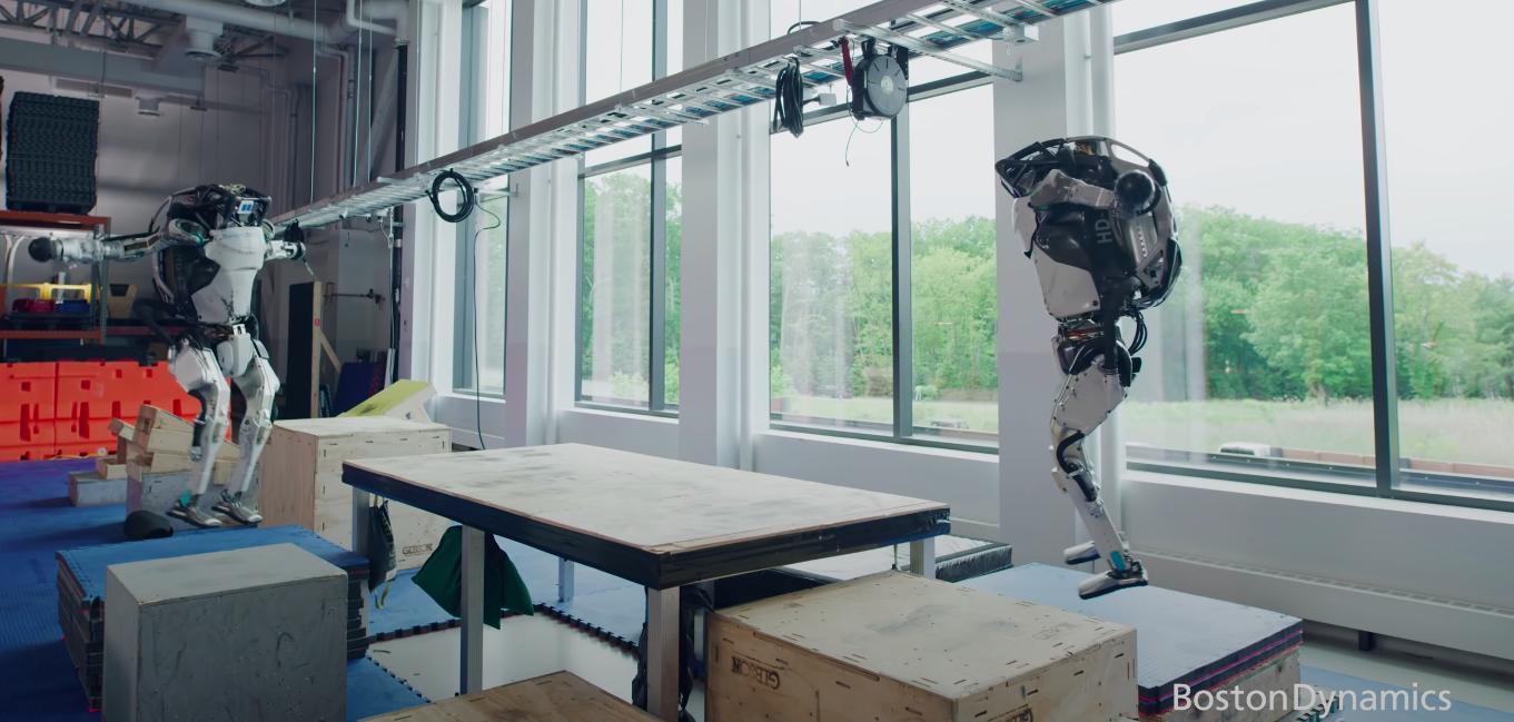 На видео показали занимающихся паркуром роботов