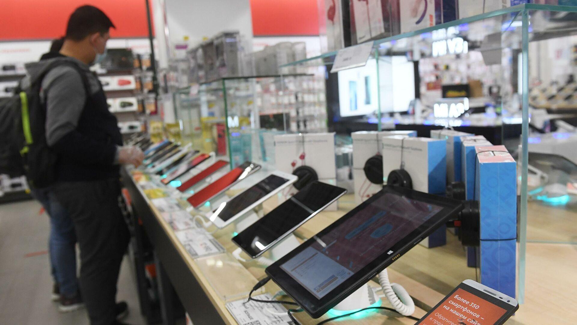 Россияне стали намного реже покупать смартфоны, колонки и телевизоры