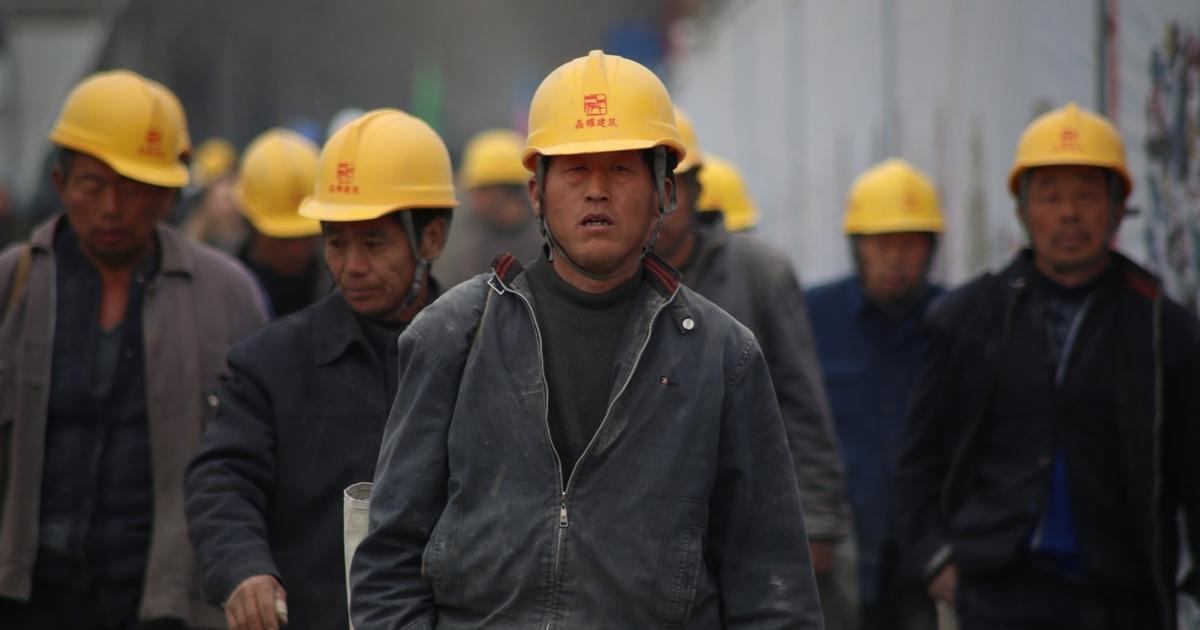 После запрета на работу сверхурочно у китайских работников снизились зарплаты