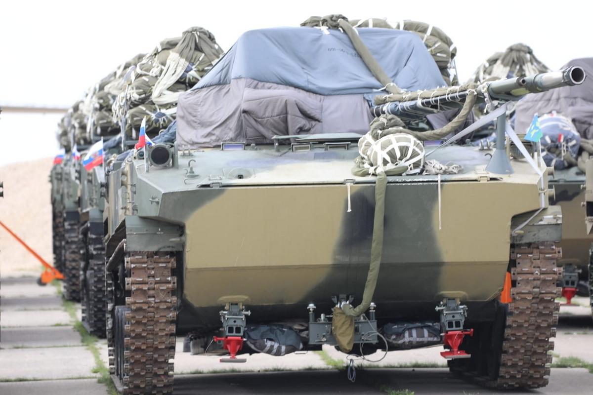 Российские ВДВ впервые десантируют сразу 30 боевых машин