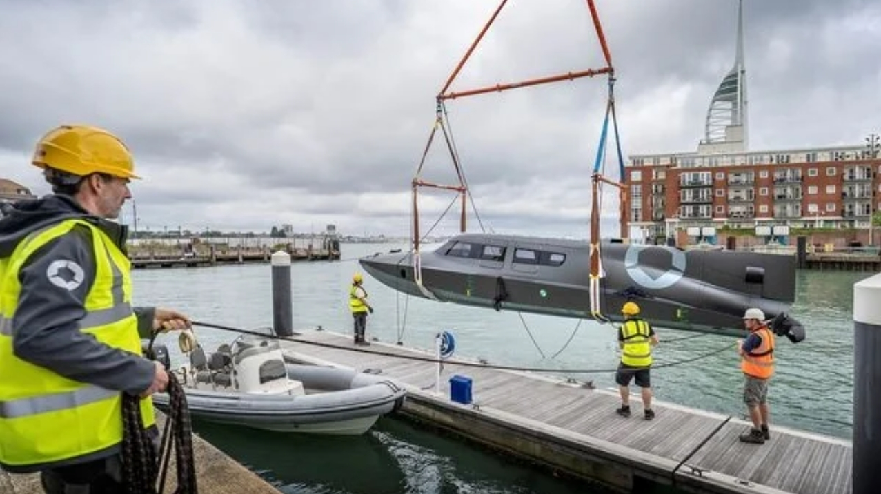 В Британии испытали военный катер, который может плавать, как субмарина