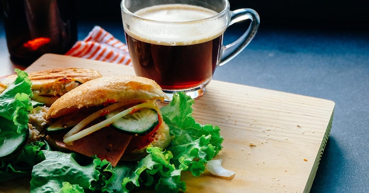 Учёные доказали отсутствие вреда при запивании еды чаем или кофе