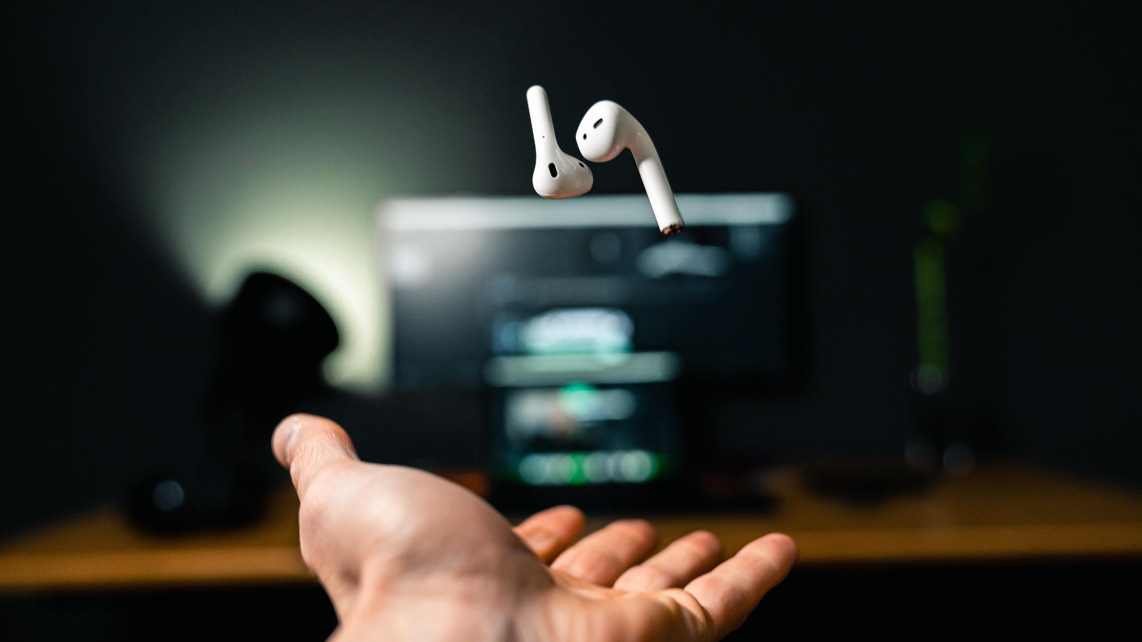 Найден способ превратить наушники Apple AirPods в подслушивающее устройство