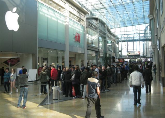 Россияне начали продавать места в очереди за новыми айфонами
