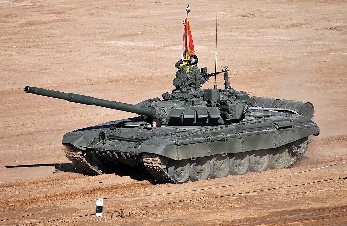 На видео показали действия танка Т-72Б3 из замаскированного укрытия