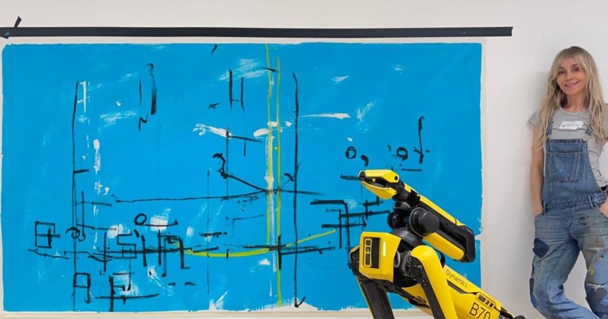 Художница научила робота-пса рисовать картины