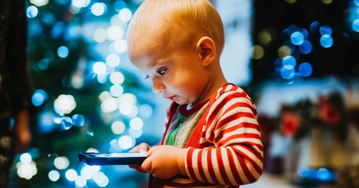 Психиатр перечислил признаки зависимости ребёнка от смартфона