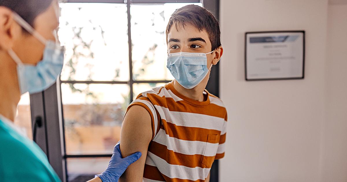 Названа вакцина от COVID-19, которой будут прививать подростков