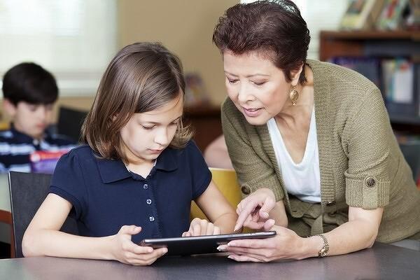 Учителей и медработников оснастят планшетами с российским ПО