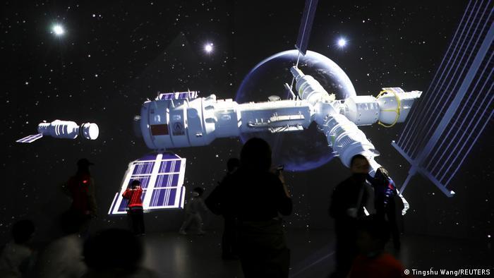 Китай состыковал корабль с трёмя космонавтами с собственной космической станцией
