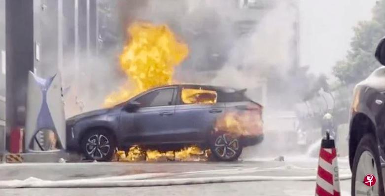 Китайский электромобиль загорелся во время зарядки