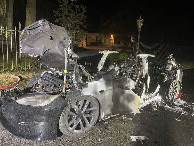 Электромобиль Tesla загорелся с водителем внутри