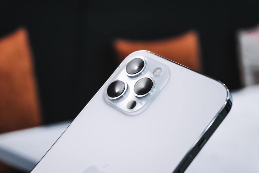 Найдено необычное применение магнитной зарядке iPhone 12
